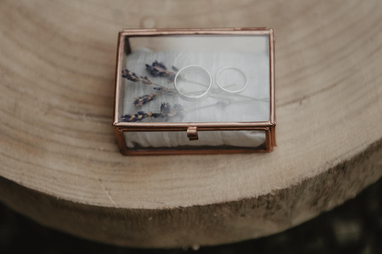 Alliances dans un écrin en verre et cuivre, lavande, kinfolk.