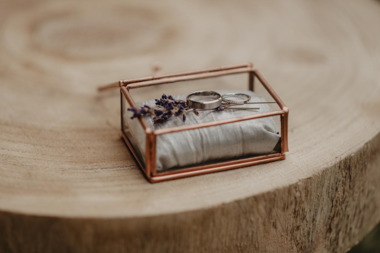 Alliance dans un écrin épuré en verre et cuivre, lavande, inspiration nature, kinfolk