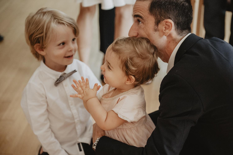 Les enfants pendant la cérémonie du mariage.