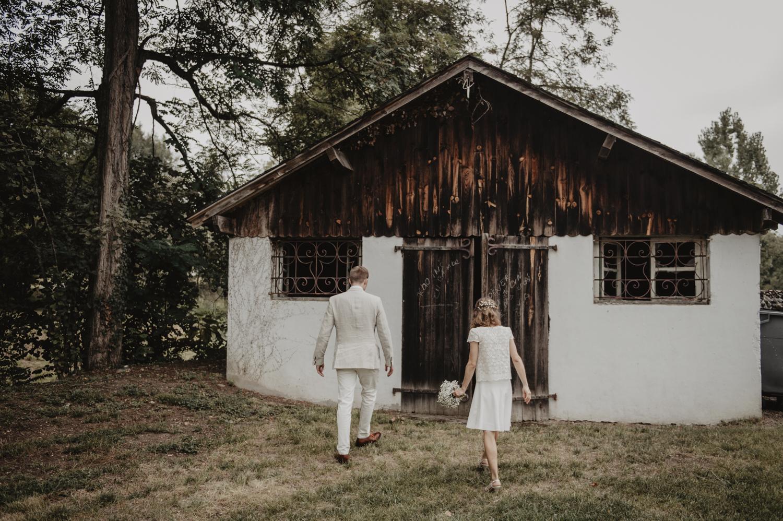 Séance couple mariage, cabane dans les bois. Mariée en rob courte de la créatrice Laure de Sagazan Paris.