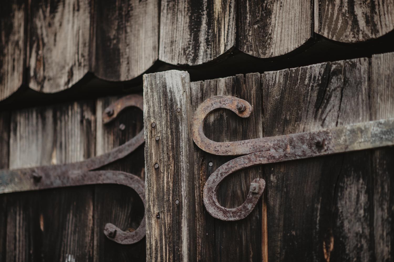 Détail de la cabane en bois, séance de couple mariage dans l'esprit vintage.