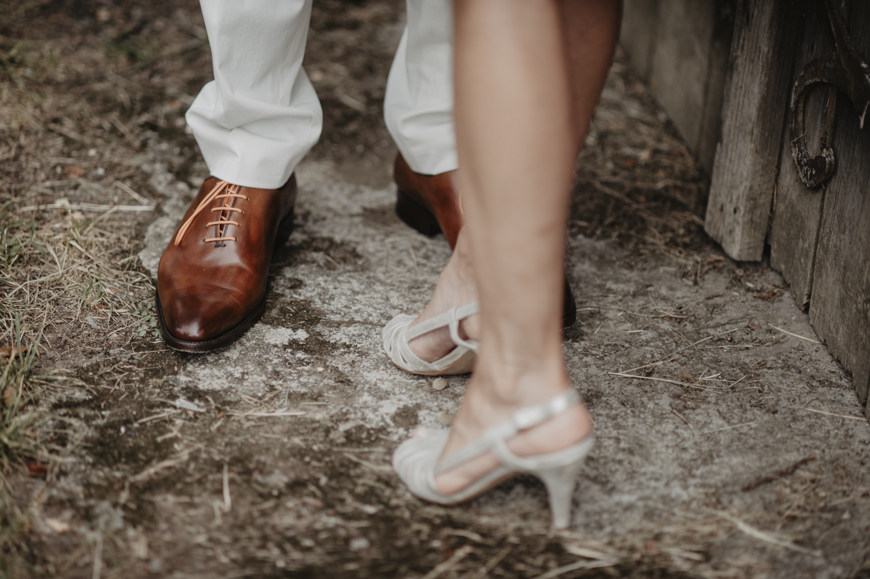 Détail des chaussures des mariés.