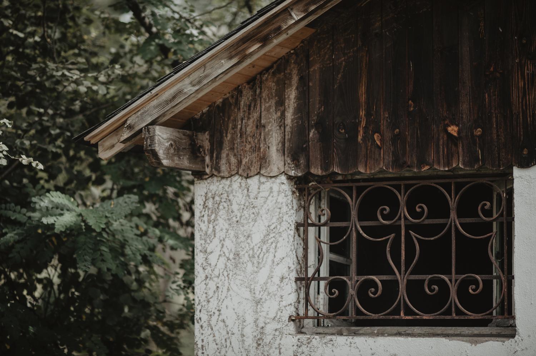Vielle cabane en bois pour une séance de couple, esprit kinfolk.