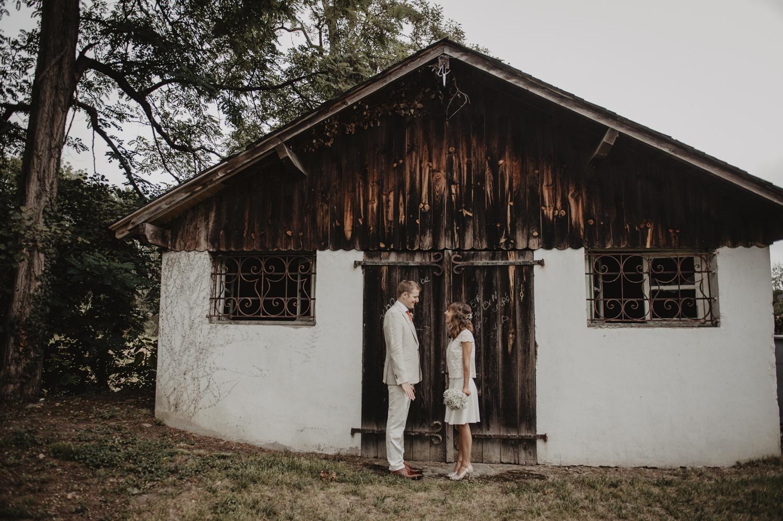 Séance photo de couple, esprit kinfolk, robe de mariée courte Laure de Sagazan.
