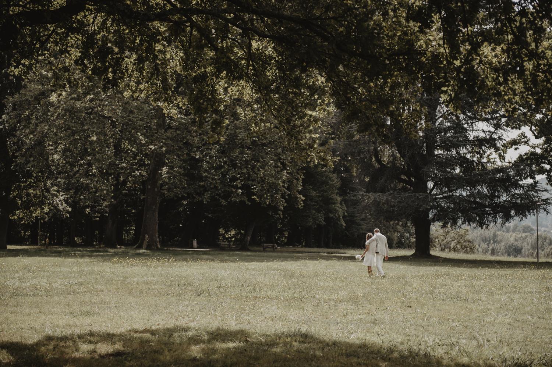 Séance de couple dans les bois, mariage nature.
