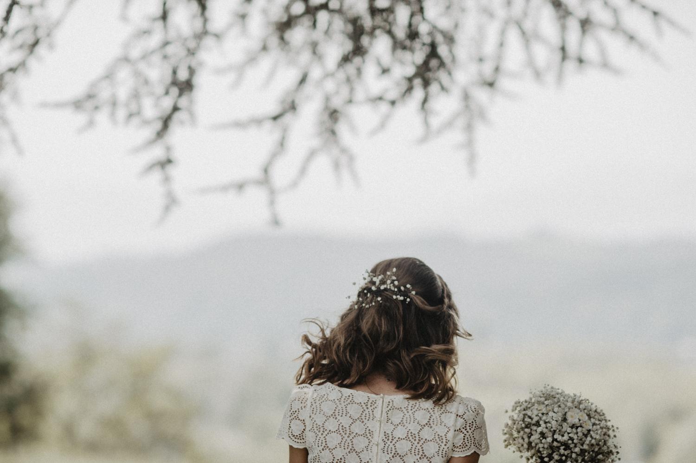Mariée en robe Laure de Sagazan, fleurs de gypsophile dans les cheveux.