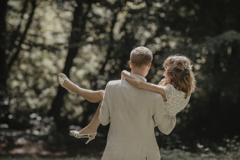 Séance photo de couple dans la foret, mariage nature.