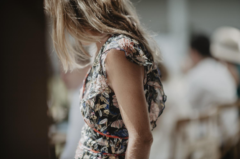 Témoin de mariage en robe fleurie.