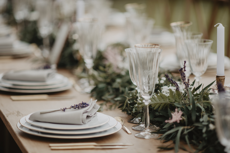 Table en bois brut pour un mariage esprit vintage.