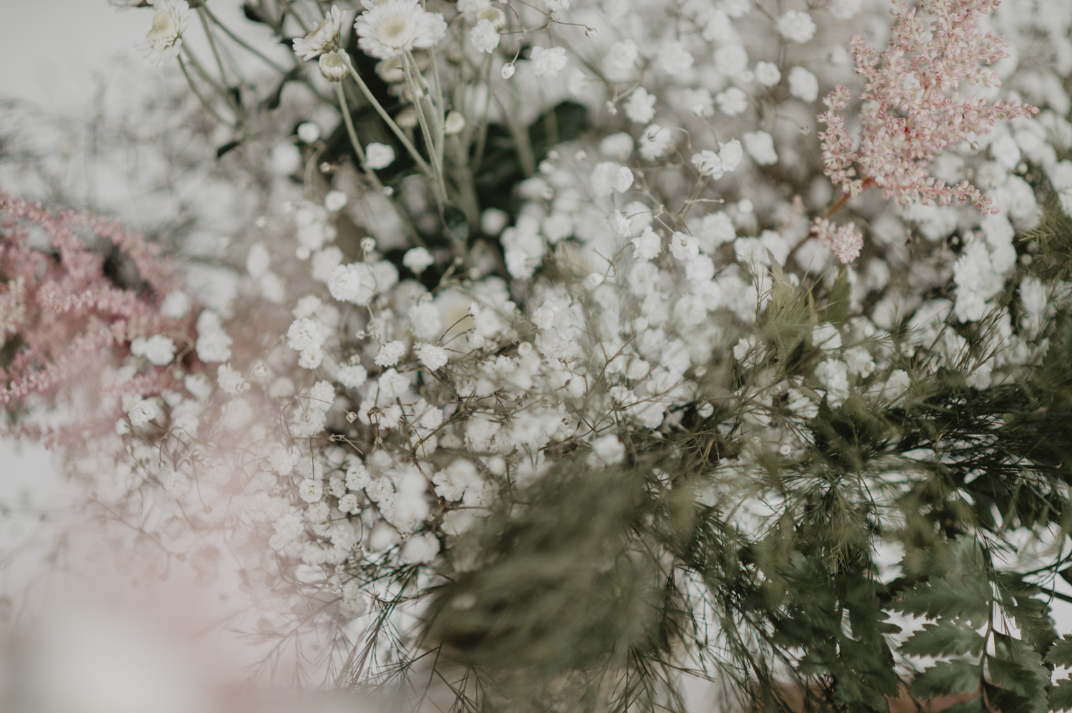 Fleurs de gypsophile pour déco de table mariage.