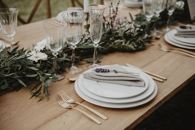 Lavande et fougères pour composition florale de table des mariées.