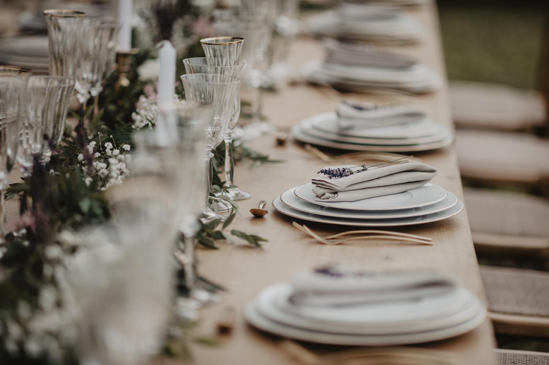 Table en bois de chêne brut sans nappage pour un mariage rustique et vintage.
