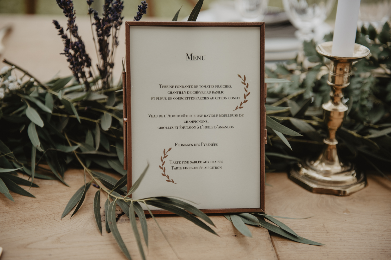 Menu dans un cadre vintage en cuivre pour déco mariage bohème.