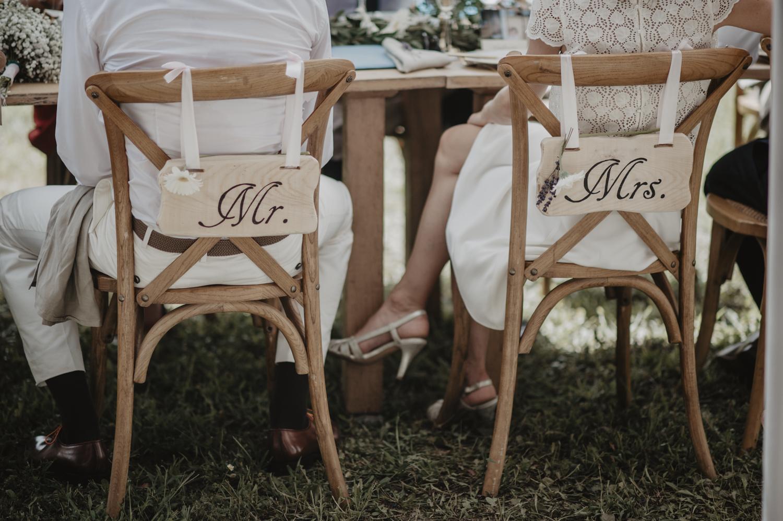 Chaises vintage en bois naturel pour une belle table de mariés, mariage bohème, esprit kinfolk, nature.