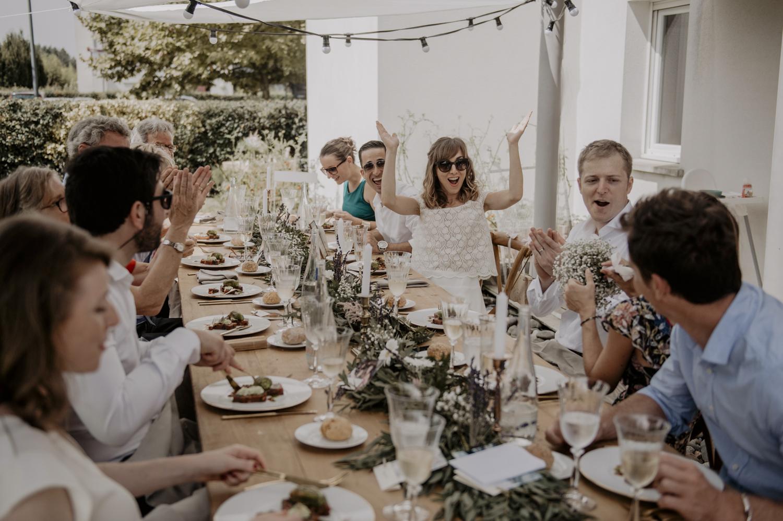 Repas de mariage à l'extérieur.
