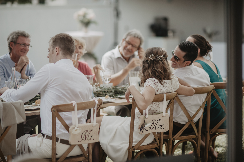 Ambiance pendant le repas, mariage bohème chic.