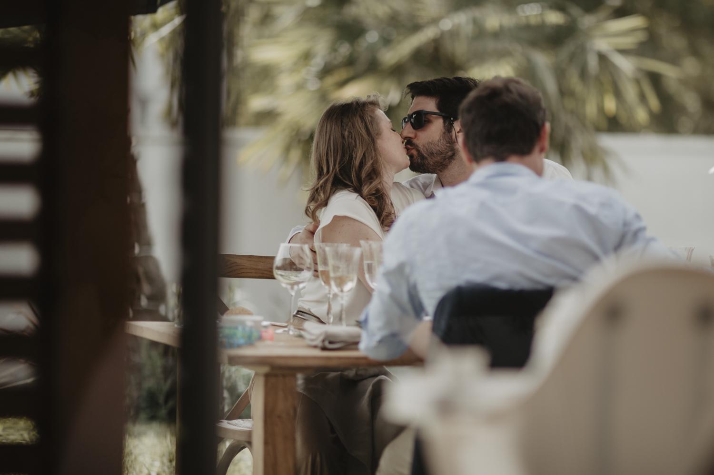 Amoureux au repas mariage.