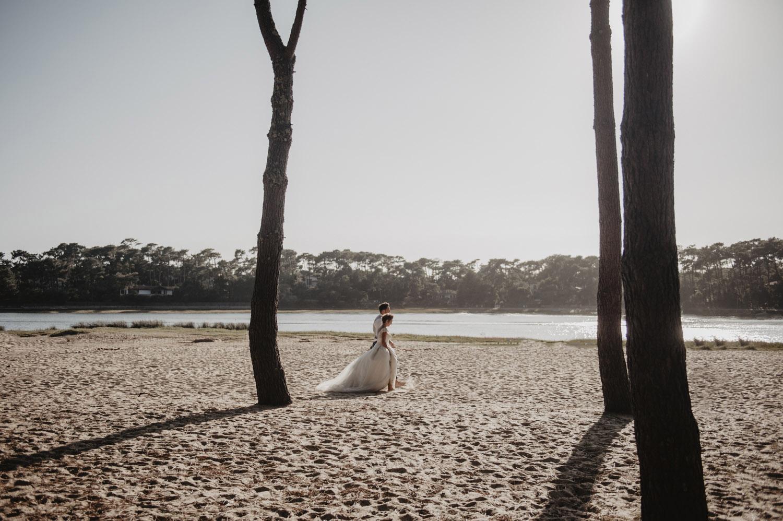un couple de mariés sous les pins, landes