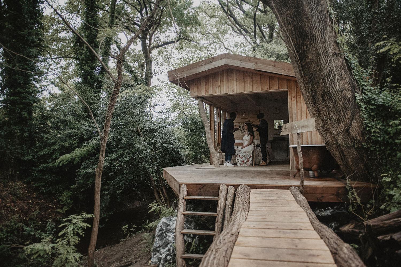 Préparatifs de la mariée dans la cabane au Coco Barn Wood Lodge à Angresse, Hossegor, Landes, France. Photographe mariage atypique, cérémonie laïque dans la foret.
