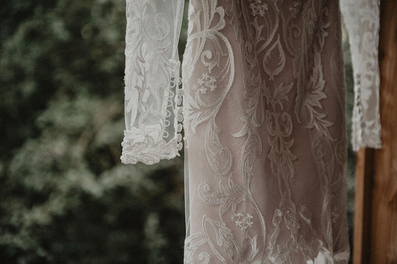 Robe de mariée rustique Angeola Biarritz. Photographe mariage écoresponsable Pau, Hossegor et Bordeaux. Mariage au Coco Barn Wood Lodge.
