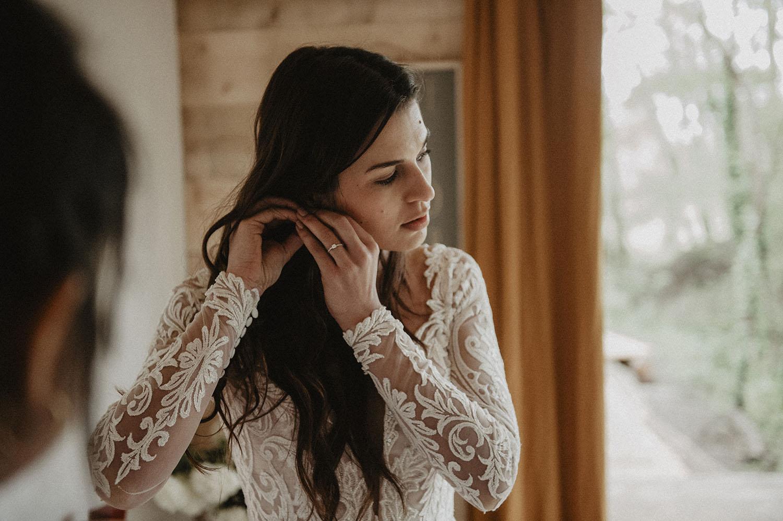 Reportage photo de mariage dans la nature, préparatifs pour la cérémonie laïque en extérieur, coiffure de mariée avec les cheveux lâchés, en robe folk Angeola Biarritz