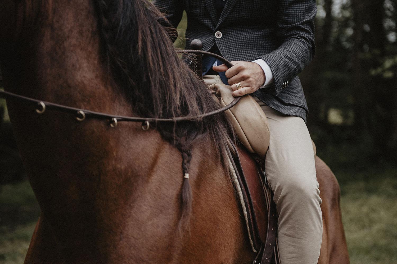 Marié à cheval au Coco Barn Wood Lodge dans les Landes. Photographe mariage folk et atypique, approche lifestyle et reportage.