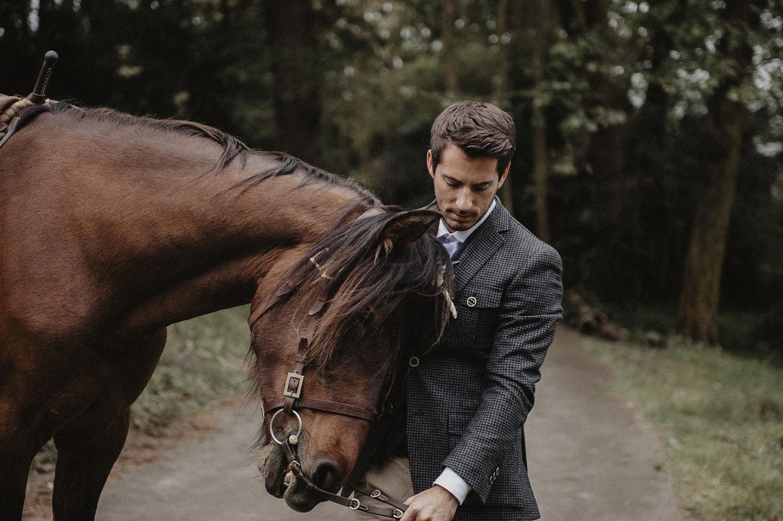 Arrivée du marié à cheval pour la cérémonie laïque en extérieur, dans les bois des Landes, Coco Barn Wood Lodge à Angresse, photographe mariage lifestyle Pau, Hossegor, Biarritz.