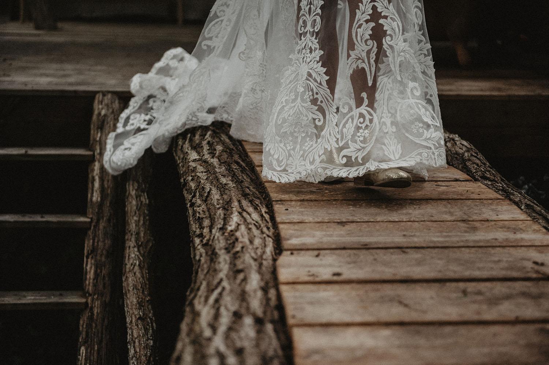 Bottines dorées pour un mariage hippie, robe de mariée avec longue traine, Angeola mariage Biarritz. Photographe reportage mariage lifestyle Pays Basque.