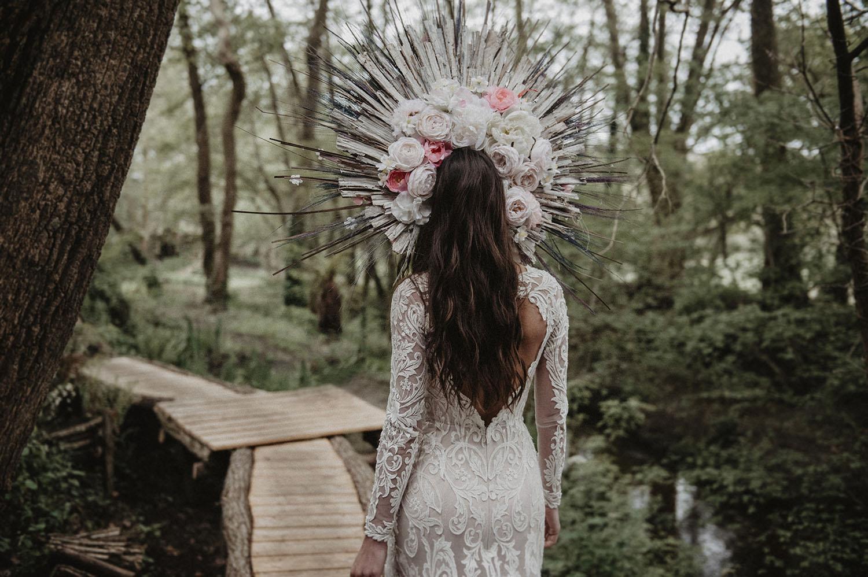 Robe dos nu Angeola Biarritz et couronne de fleurs de Rodolphe fleuriste au Coco Barn Wood Lodge à Angresse, reportage mariage lifestyle, photographe professionnel à Pau.