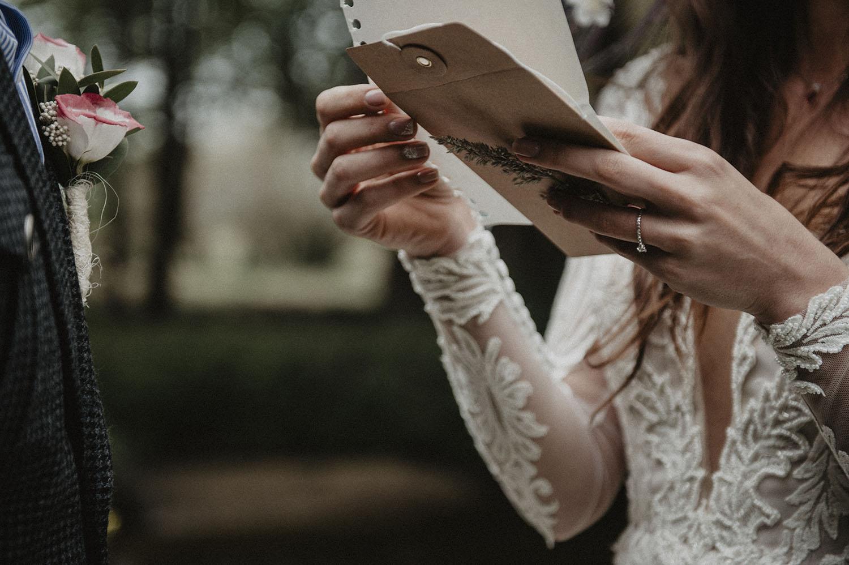Ecrire les voeux pour une cérémonie laïque en extérieur au Coco Barn Wood Lodge, Landes. Photographe mariage atypique, reportage photo lifestyle Pau.