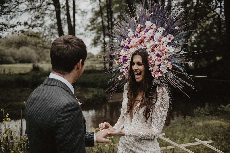 Vinok, la couronne slave pour une mariée folk. Cérémonie laïque en extérieur, mariage folk et moderne au Coco Barn Wood Lodge, Landes. Photographe mariage Pau.