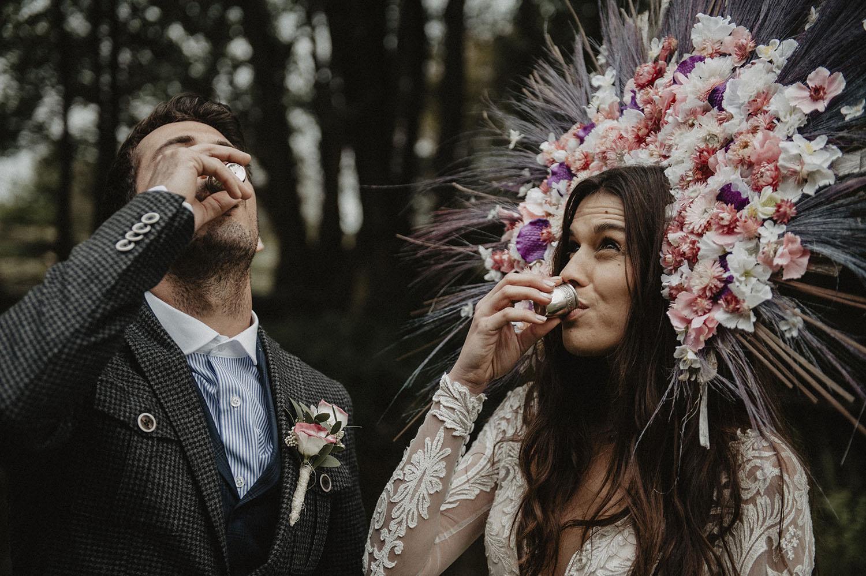 Reportage photo lifestyle, mariage authentique au Coco Barn wood lodge, inspiration folk et slave, robe de mariée Angeola mariage Biarritz, couronne de fleurs par fleuriste Rodolphe.