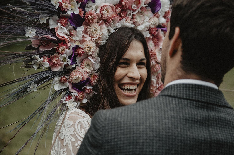 Mariage folk au Coco Barn Wood Lodge, Landes, 40, Hossegor. Mariée avec Vinok, la couronne de fleurs slave réalisée par Rodolphe fleuriste mariage. Photographe professionnel Pau.