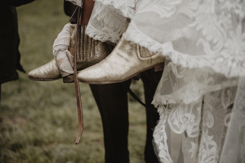 Bottines dorées pour une mariée bohème. Mariage inspiration folk et bohème au Coco Barn Wood Lodge, Hossegor, Seignosse, Landes, Pays Basque, Pau.