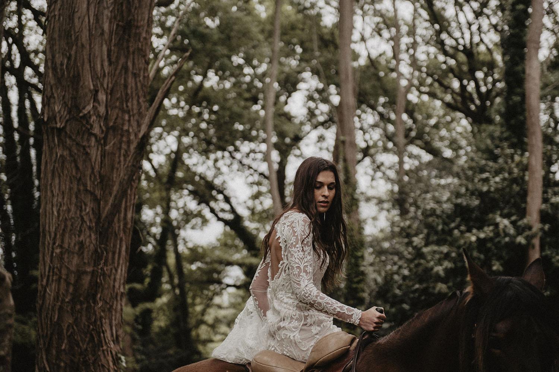 Mariée bohème à cheval. Inspiration folk pour un mariage authentique dans les bois. Cérémonie laïque, mariée en robe Angeola Biarritz. Photographe mariage Pau, reportage lifestyle.