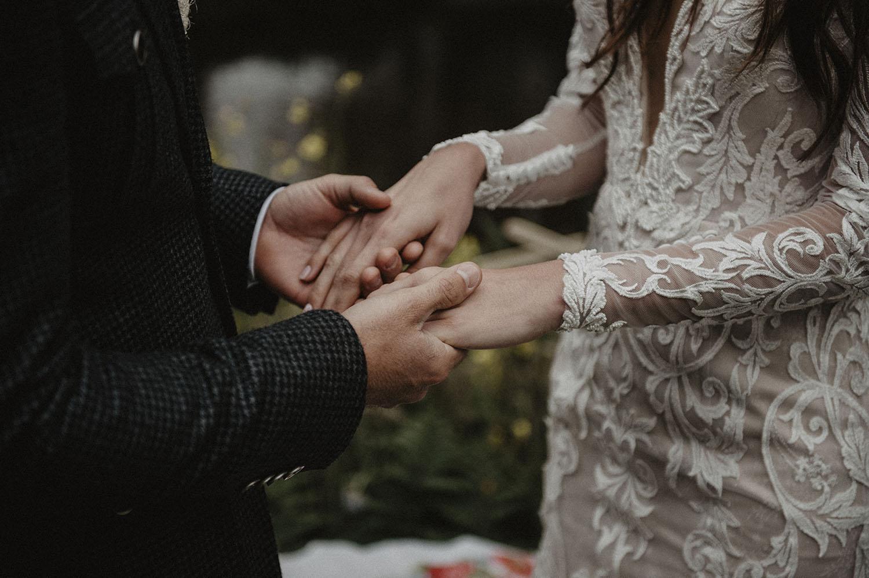 Robe de mariée dentelle esprit boho et vintage Angeola mariage Biarritz, cérémonie laïque en extérieur. Photographe reportage mariage lifestyle à Pau.