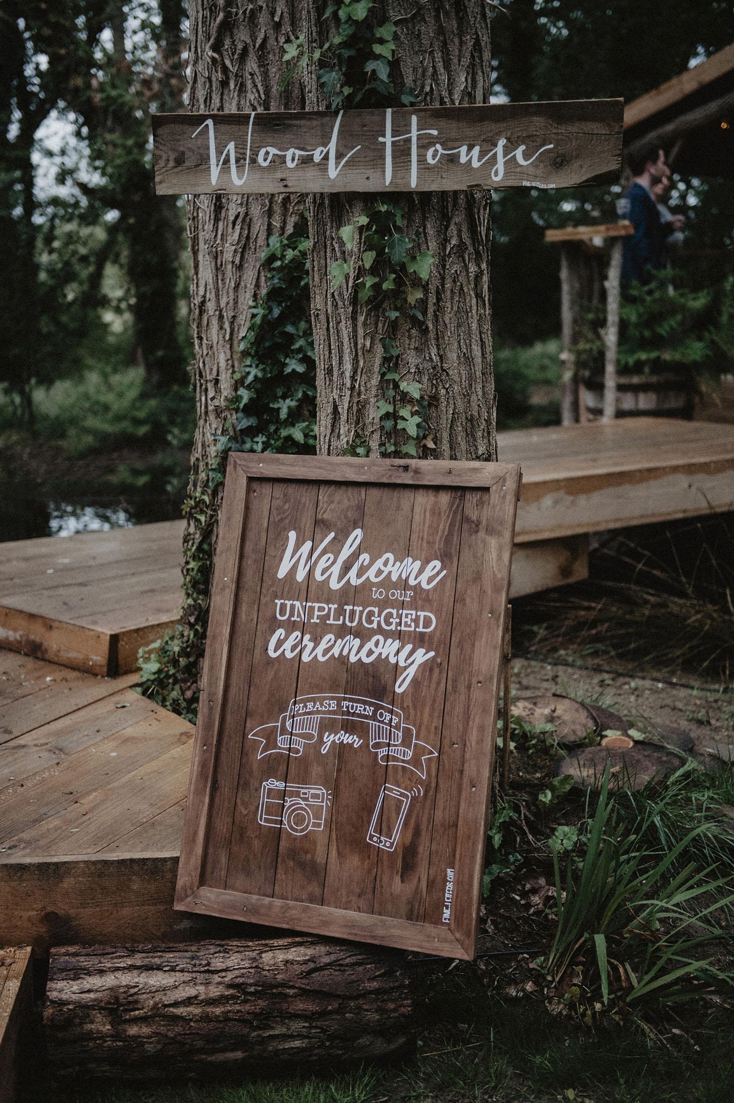 Mariage dans la Wood House au Coco Barn près de Hossegor, Angresse, Seignosse, Landes. Panneau bois pour une cérémonie laïque. Photographe lifestyle, mariage écoresponsable et atypique.