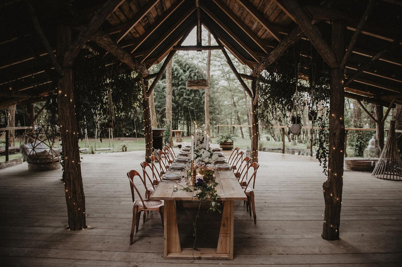 Repas de mariage esprit industriel dans la Wood House au Coco Barn Wood Lodge, mariage écoresponsable dans les Landes. Photographe mariage Pau.
