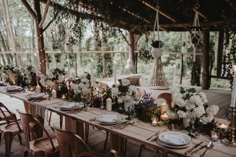 Déco de table végétale au Coco Barn à Angresse, mariage authentique et écoresponsable dans les Landes. Wedding planner Marta Drougart de Drougartevent. Photographe Pau.