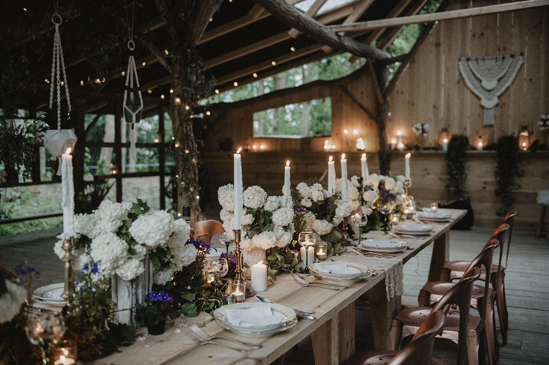Repas de mariage au Coco Barn Wood Lodge, Wood House dans les Landes, endroit atypique pour un mariage coresponsable et moderne. Photographe lifestyle Pau.