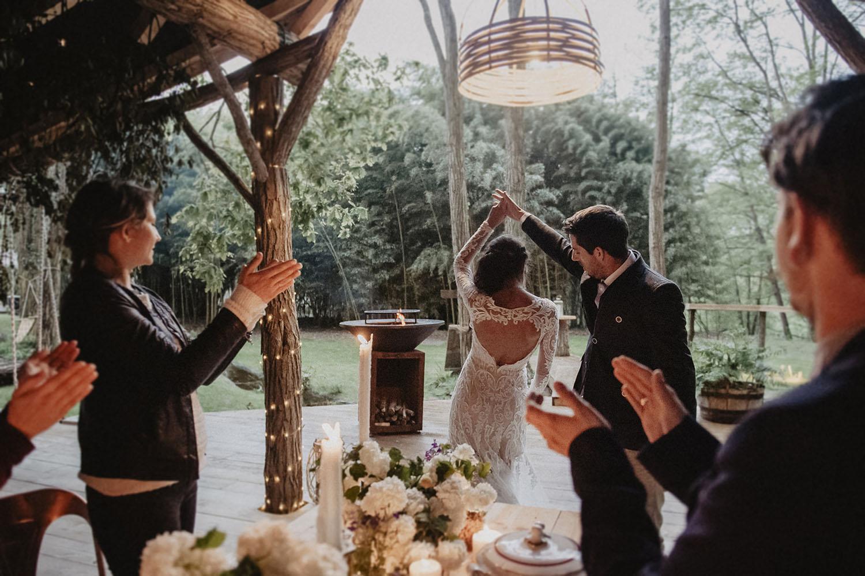 Entrée des mariés dans la Wood House au Coco Barn Wood Lodge. Photographe mariage Hossegor, Bordeaux, Pau. Mariage folk et écoresponsable dans les Landes.
