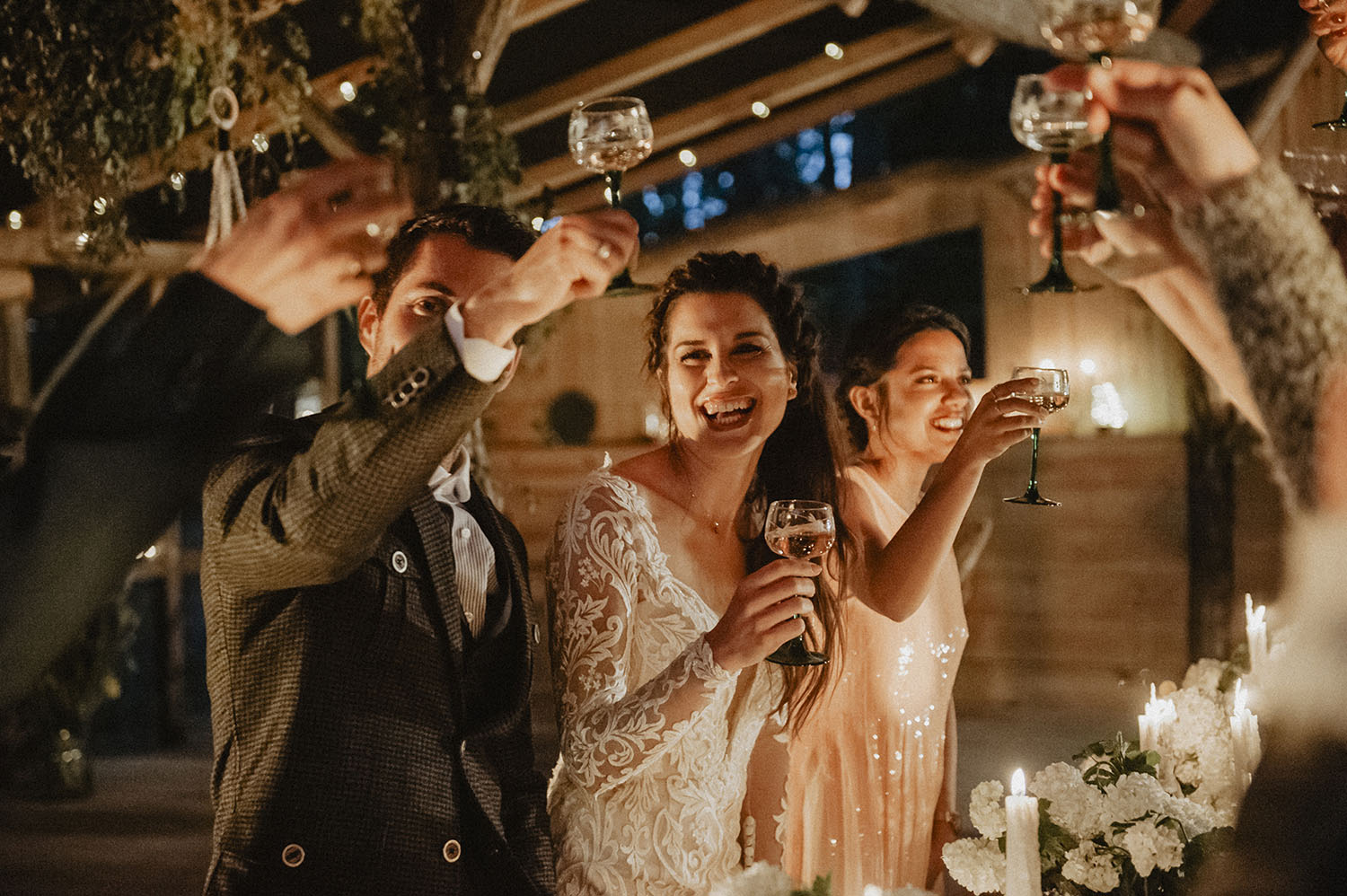 Boho bride, wedding outdoor party at Coco Barn Wood Lodge. Wedding photographer in Pau, southwest of France.