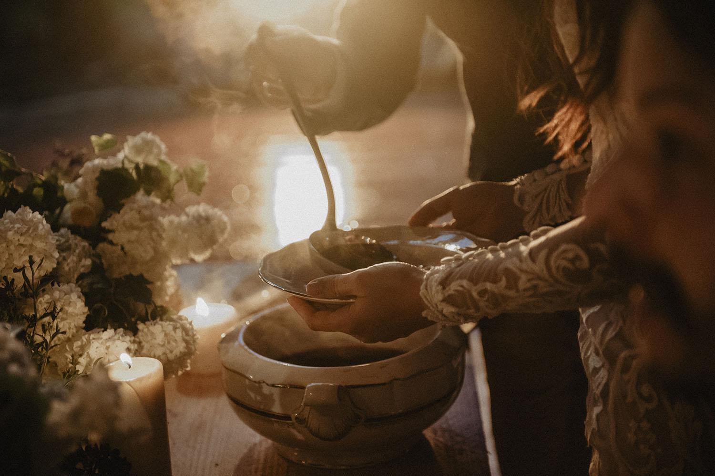 Borsch servi lors d' un mariage slave en France. Mariage coresponsable aux inspirations folk au Coco Barn Wood Lodge. Photographe Pau.