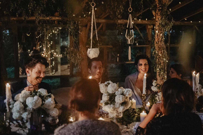 Mariage boho à Coco Barn dans le sLandes. Photographe lifestyle, reportage photo moderne.