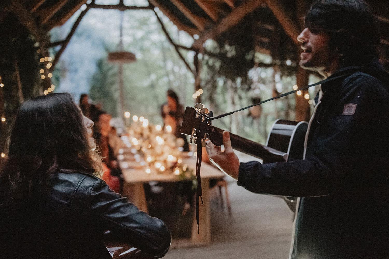 Soirée rock au Coco Barn, les Landes. Mariage folk et écoresponsable Hossegor, Seignosse, lieu atypique pour votre mariage. Groupe de musique pour le mariage. Reportage photo lifestyle, photographe à Pau.