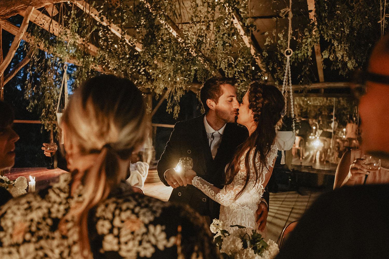 Ambiance à table des mariés. Mariage écoresponsable aux inspirations folk, en extérieur, Landes. Photographe lifestyle.