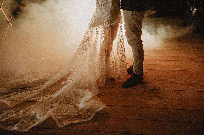 Longue traîne pour une robe bohème de chez Angeola Biarritz. Wedding planner Drougartevent, photographe mariage Pau, 64.