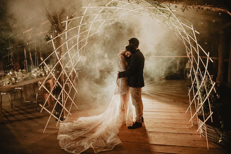 Coco Barn Wood Lodge, le soir du mariage: Première danse des mariés en extérieur. Mariage bohème, authentique et écoresponsable dans les Landes. Photographe lifestyle Pau.