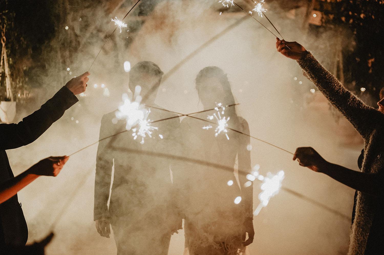 Cierges magiques pour une cérémonie de mariage le soir. Mariage folk et coresponsable au Coco Barn Wood Lodge, Hossegor, Seignosse, Biarritz, Pau. Photographe lifestyle.