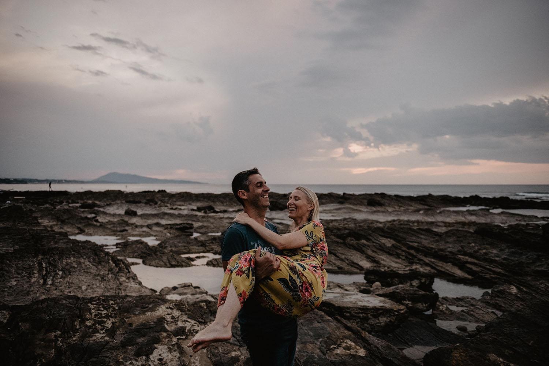 Séance photo de couple à l'Océan, engagement session avant le mariage